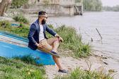 Bebaarde man op de boot — Stockfoto