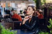 Krásné okouzlující brunetka dým elektronické cigarety — Stock fotografie