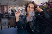Mooie glamoureuze brunette rook elektronische sigaret — Stockfoto