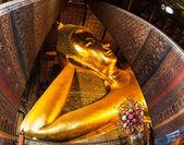 Liggende Boeddha standbeeld goud gezicht. wat pho, bangkok, thailand — Stockfoto
