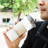 Ręki trzymającej filiżankę kawy — Zdjęcie stockowe