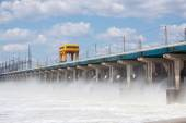 Reset of water on hydroelectric power station on the river — Stock Photo