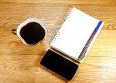 Φλιτζάνι καφέ, ένα τηλέφωνο και ένα σημειωματάριο — Φωτογραφία Αρχείου