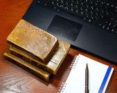 笔记本电脑、 古色古香的书和笔记本 — 图库照片