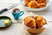 Prima colazione con cornetti appena sfornati freschi, burro e caffè — Foto Stock
