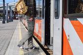 Homme jeune touriste sur la station de chemin de fer près des portes du train — Photo