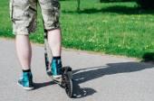 キック スクーターの若い男の足 — ストック写真
