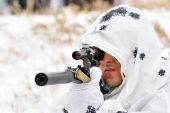 Sniper in camouflage smock with a rifle — Stockfoto