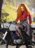 Redhad Mädchen auf dem Motorrad — Stockfoto