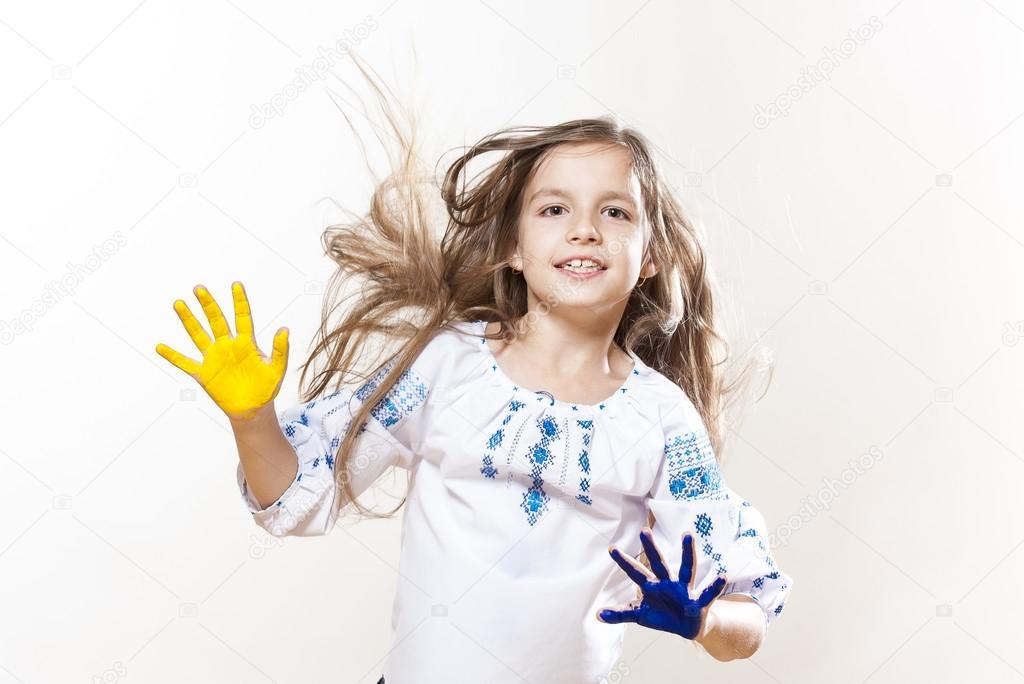 Девушка с вышивкой в руках