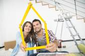 Casal na nova casa, escolher cores de tinta de parede — Fotografia Stock