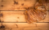 Pão fresco sobre o fundo de madeira. — Fotografia Stock