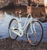 Retro bicicletta in riva al mare — Foto Stock