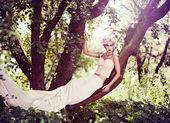 树上的美丽女人 — 图库照片