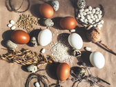 Chicken and quail eggs — Stock Photo