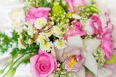 Bruiloft boeket met ringen — Stockfoto