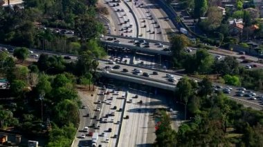 Rush hour traffic on busy freeway — Stock Video
