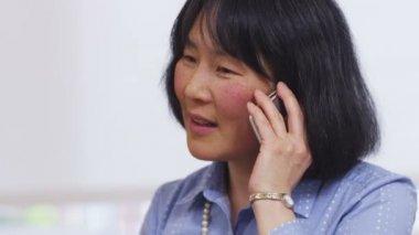 Businesswoman talks on cell phone — Stock Video