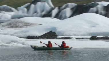 Kayaking by icebergs and glacier — Stock Video