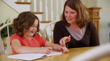 Hija de madre ayudando con las tareas — Vídeo de stock