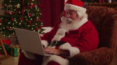 Santa Claus working — Stock Video