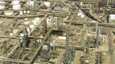 Shot of oil refinery — Vídeo de Stock