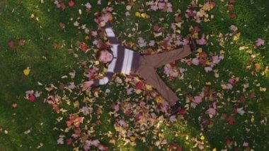 Boy playing with autumn leaves — Stockvideo