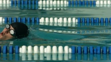 Swimmer doing freestyle stroke — Stock Video