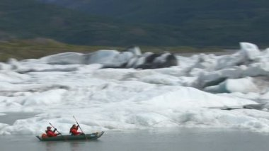 Kayaking by icebergs and glaciers — Stock Video