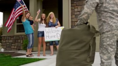 Military father returns home — Stock Video