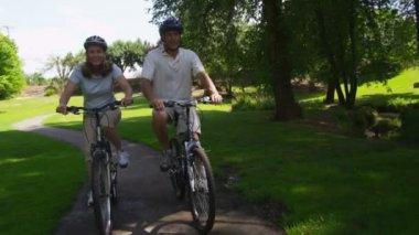Biciclette equitazione coppia — Video Stock