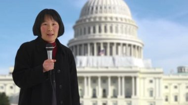 Reporter in front of US Capitol building — Stock Video