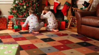 Boys run to gifts on Christmas — Stock Video