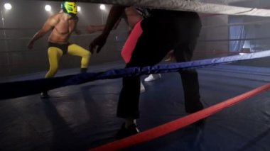 Masked wrestlers fighting — Stock Video