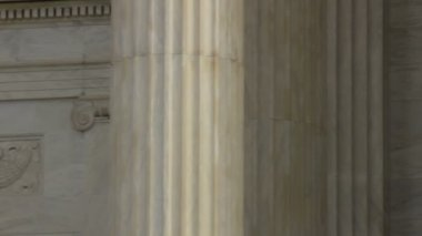 Statue in front of Supreme Court building — Video Stock
