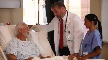 Medicians talk to patient — Stock Video