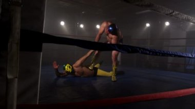 Masked wrestler attempts to tap out — Stock Video