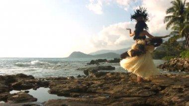 Polynesian dancer performs — Stock Video