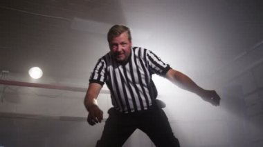 Referee in ring counts — Stock Video