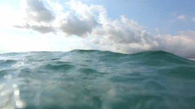 Surfer paddles in ocean — Stock Video