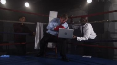 Businessman working in boxing ring — Stock Video
