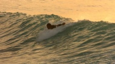 Surfer paddles into wave — Stock Video