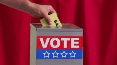 Hand, die Stimme in die Wahlurne umsetzen — Stockvideo