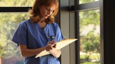 Nurse holding clipboard — Stock Video