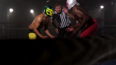 Masked wrestlers prepare to fight — Stock Video