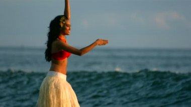 Dancer performs by ocean waves — Stock Video