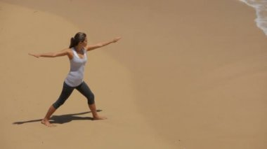 Woman doing yoga on beach — Stock Video