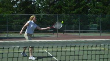 Woman hits tennis ball — Stock Video