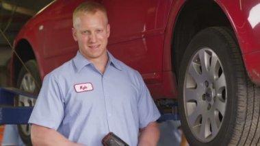 Portrait of auto mechanic — Stockvideo