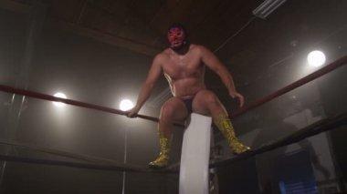 Masked wrestler jumps off ropes — Stock Video